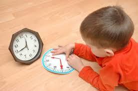 Niño aprendiendo a decir la hora