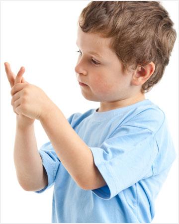 Niño aprendiendo a contar con los dedos