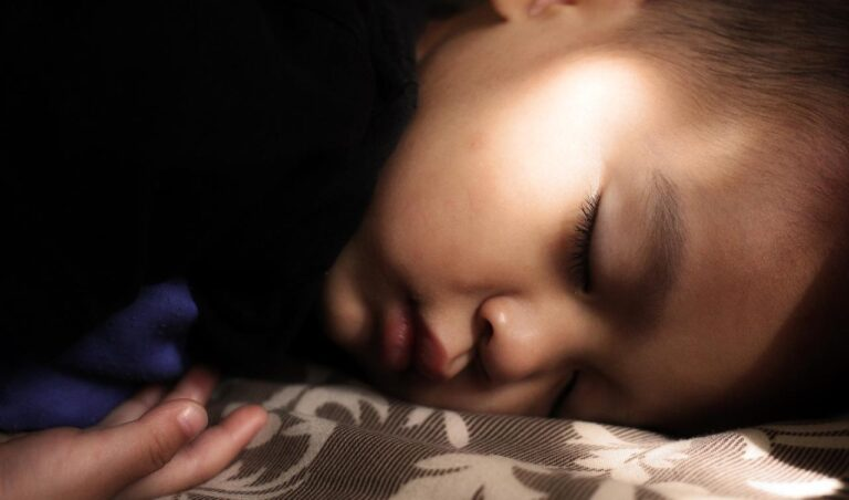 Cómo enseñar a un niño a dormir solo