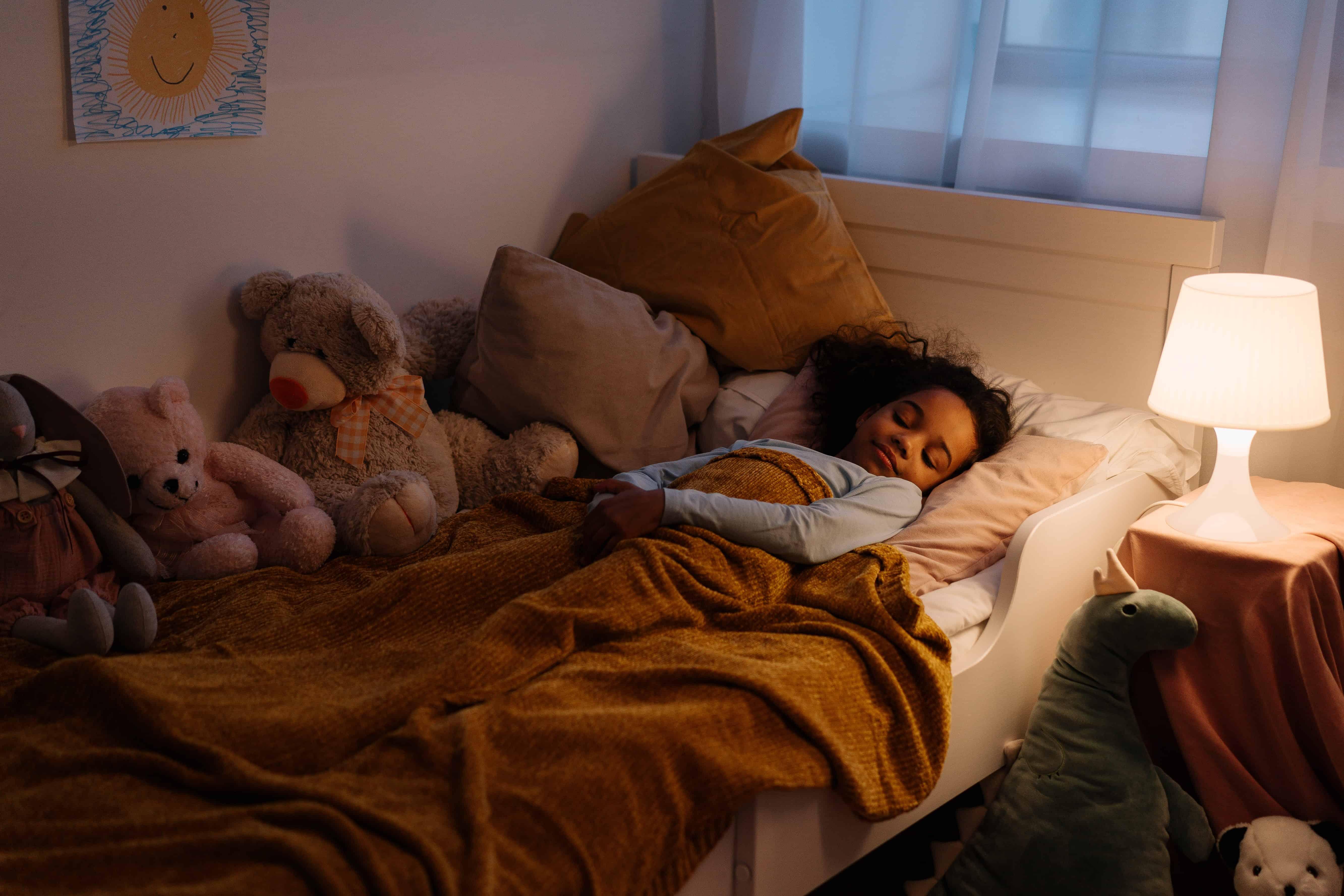 Lámpara de noche ayuda a esta niña a dormir sola por la noche