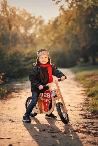 Niña montando en bici por el campo