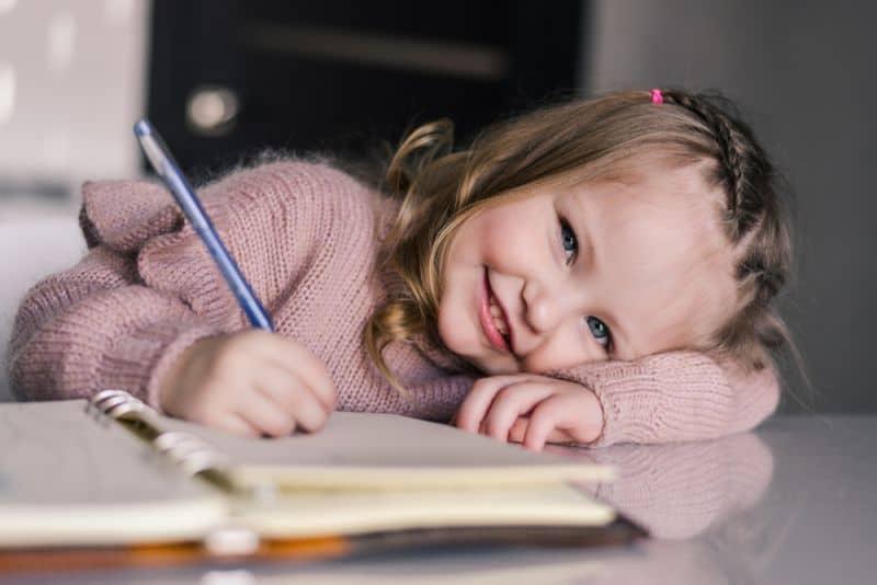Niña pequeña escribiendo