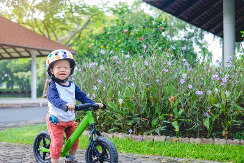 Niño pequeño usando bici sin pedales