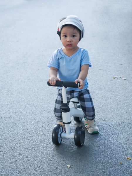 Niño usando un triciclo